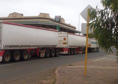 Road Train beim Tanken
